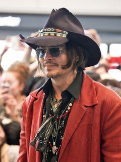 ジョニー・デップ、来日!27分にも及ぶファンサービスに集まった700人は大喜び!