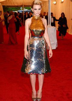 キャリー・マリガン、ファッション・イベントで着用したプラダのドレスをオークションへ