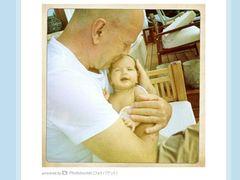 ブルース・ウィリスと生後一か月の娘メイベルのラブラブ写真公開!