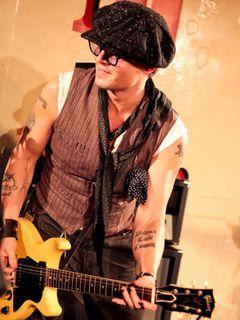 ジョニー・デップ、新大久保でショッピング!スタッフもびっくりの見事なギターテクを披露していた!