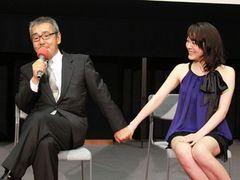 セーラー服がまだまだ似合う鈴木杏、寺尾聰が手をギュッと握り「うちの長女によく似ている」