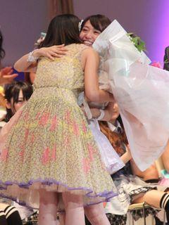 総選挙トップの大島優子、前田敦子とがっちり抱擁!「わたしの人生にとってかけがえのない人」