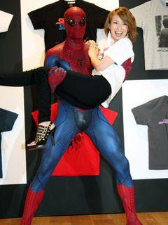 スパイダーマン来日中!アッキーナ、お姫様だっこに大感激!