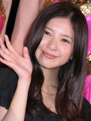 笑顔で手を振る吉高由里子