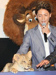 玉木宏、本物ライオンをナデナデ!あまりの愛くるしさに触れ合い堪能!