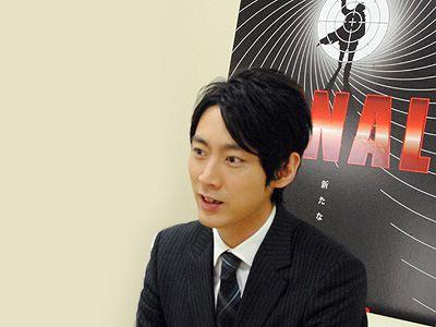 インタビュー中の小泉孝太郎。