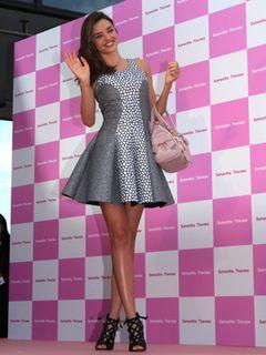 来日中スーパーモデルのミランダ・カー、サマンサのバッグに「オムツ入れてます」