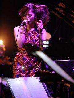 Charaがライブ中に突然の涙! 声を詰まらせ、「やさしい気持ち」を歌えなくなる