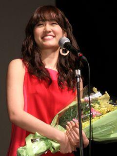 前田敦子、妖艶な赤いドレス姿!最優秀新進女優賞を獲得し、AKB48から女優への幸先よいスタート!!