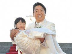 芦田愛菜、人生初のウエディングドレス! お相手は32歳年上のバナナマン・日村!