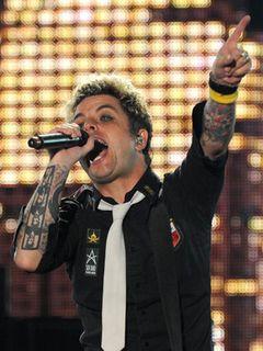 グリーン・デイがコンサートツアーを再開 薬物依存症のボーカルの治療は順調