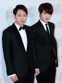 JYJのユチョンとジェジュン、「2012 MBC演技大賞」のレッドカーペットを一緒に歩く<韓国JPICTURES>