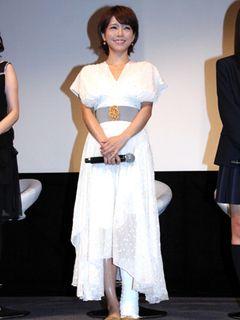 骨折の釈由美子、ギプス姿で舞台あいさつに登壇