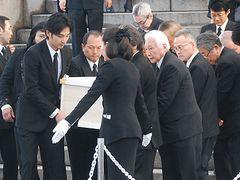 大島渚監督、雨の葬儀に700人…「戦メリ」テーマで出棺