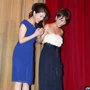脱ギプスの釈由美子、松葉づえなしで登場!女優根性を見せる