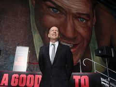 ブルース・ウィリス、感激の涙!『ダイ・ハード』巨大壁画、ロスの20世紀フォックススタジオにお目見え