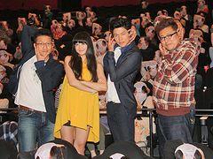 映画『変態仮面』キャスト大感激!観客がパンティーかぶってお出迎え!