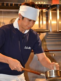谷原章介、ラーメンの神様に弟子入り?つけ麺元祖「大勝軒」の味に挑戦!
