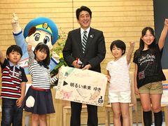 安倍総理、おなら動力の新幹線に「省エネだね」と笑顔!電車好き子どもたちと面会!