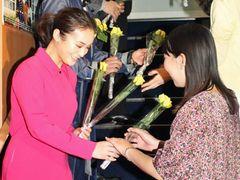 貫地谷しほり、黄色いバラを観客400人に手渡しでプレゼント!