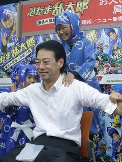加藤清史郎、新橋でお父さんたちの肩もみ!帰宅途中のサラリーマンも大喜び!