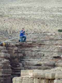 高さ457メートル!グランドキャニオンを命綱なしで綱渡りした曲芸師に一生分のジーンズがプレゼント