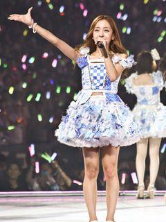 板野友美、卒業セレモニーで前田敦子、篠田麻里子とアツく抱擁!