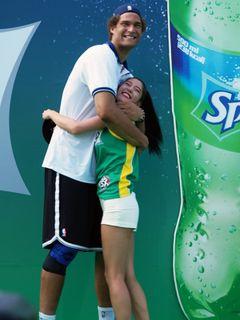 スタイル抜群クララ、NBAスター選手の前では子どもサイズ<韓国JPICTURES>