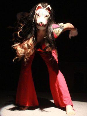 面をつけたダンサーが踊る場内 一面『少女椿』世界に!