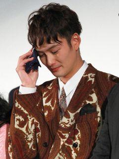 岡田将生、汗だく舞台あいさつでハンカチ手放せず