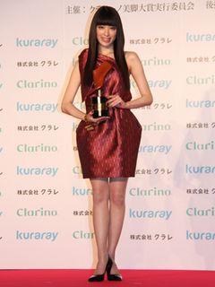 栗山千明、「美脚大賞」受賞にビックリ! 11センチヒールできらめく美脚を披露