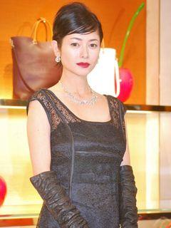 日本人初!ヴィトン街頭広告起用の真木よう子、美麗ファッションで周囲魅了