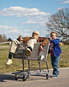 「jackass」映画版第4弾の邦題は『クソジジイのアメリカ横断チン道中』!来年3月29日公開