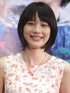 """能年玲奈、""""小泉ママ""""のミシンで作ったスカート初披露"""