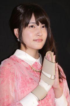 握手会で襲撃されたAKB48入山杏奈、ギブスはそのままも、初主演映画の舞台あいさつに元気な姿