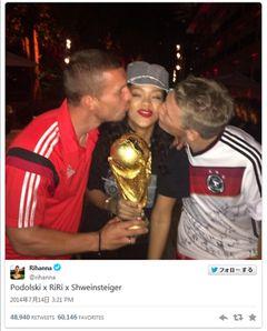 リアーナ、ドイツ代表ポドルスキ&シュヴァインシュタイガーにキスされにんまり