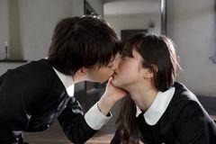 超美少女同士がキス!美しすぎる禁断のカットが公開!