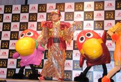 松平健、キョロちゃん風衣装でサンバ披露!