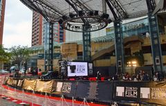 嵐のサプライズ登場で東京国際映画祭が華やかに開幕!