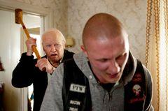 100歳老人がギャングを木槌で殴打!破天荒スウェーデン映画の本編映像公開