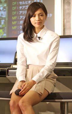 川口春奈、オトナの秘書姿を披露!サッカーゲーム登場に歓喜!