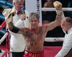 62歳ミッキー・ロークがボクシング復帰!20代ボクサーに勝利!