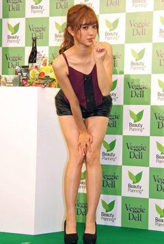 菊地亜美が公開体重測定!7キロ減でくびれも!
