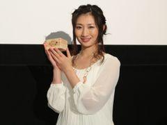 頭突きCM美女・武田梨奈、今年の漢字は「瓦」!