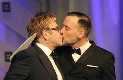 エルトン・ジョン、正式に同性婚 イギリスでの合法化を受け