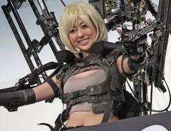 菊地亜美、大胆おへそ披露のセクシー衣装に苦笑い