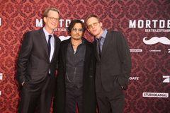 ジョニー・デップ、相棒とおそろいサングラスで登場『チャーリー・モルデカイ』ワールドプレミア