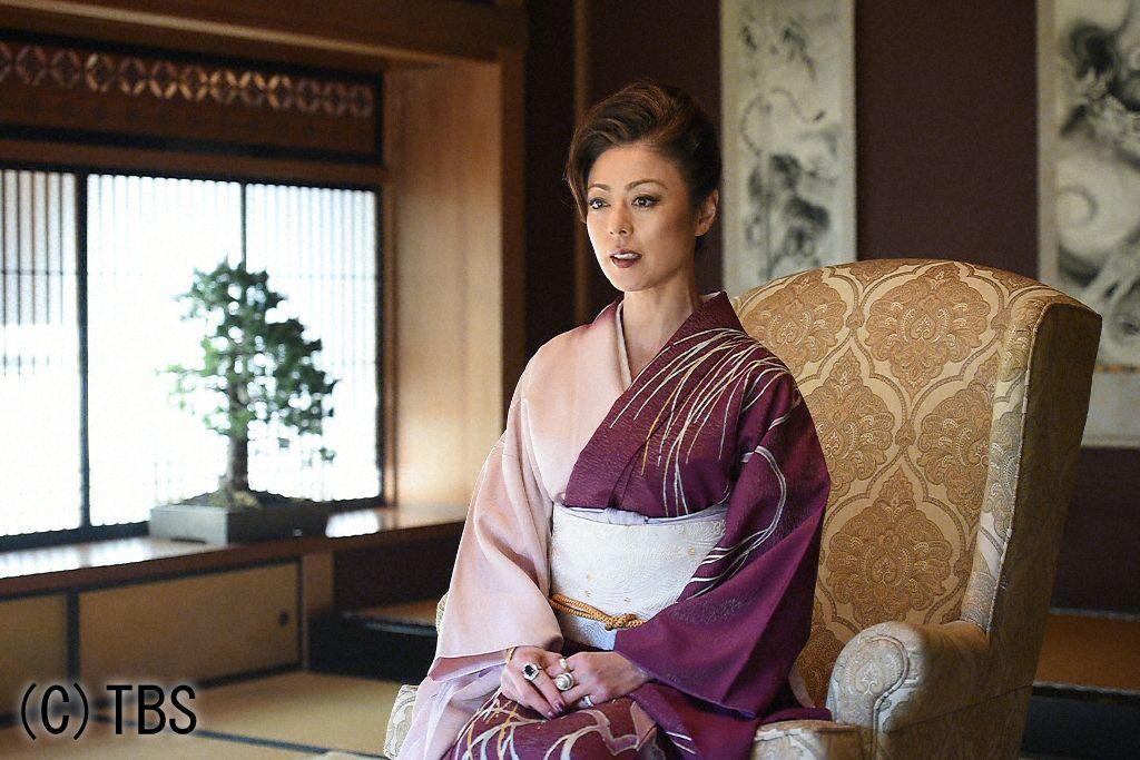 ビシッとした髪型に着物を着る武田久美子