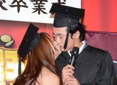劇団ひとり、セクシー女優と熱烈なキス!誘惑に我慢できず
