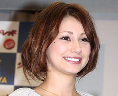 ダレノガレ明美、美人すぎる母とのツーショット公開!